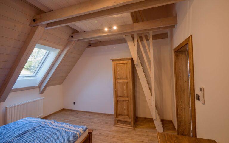 Pokoj s postelí
